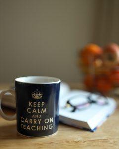 Imagen taza, libro y gafas